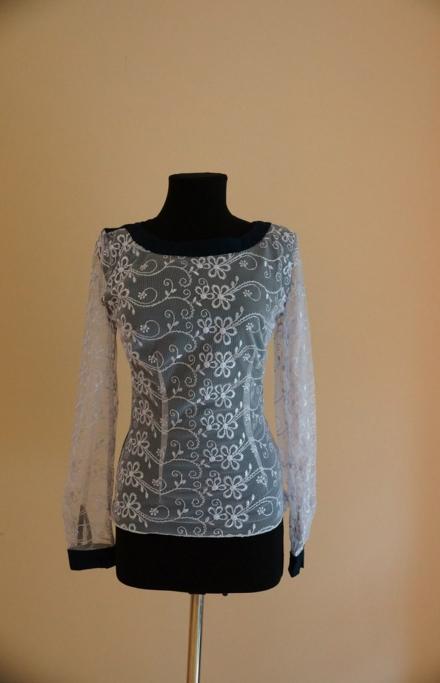 Белая блуза с длинными рукавами